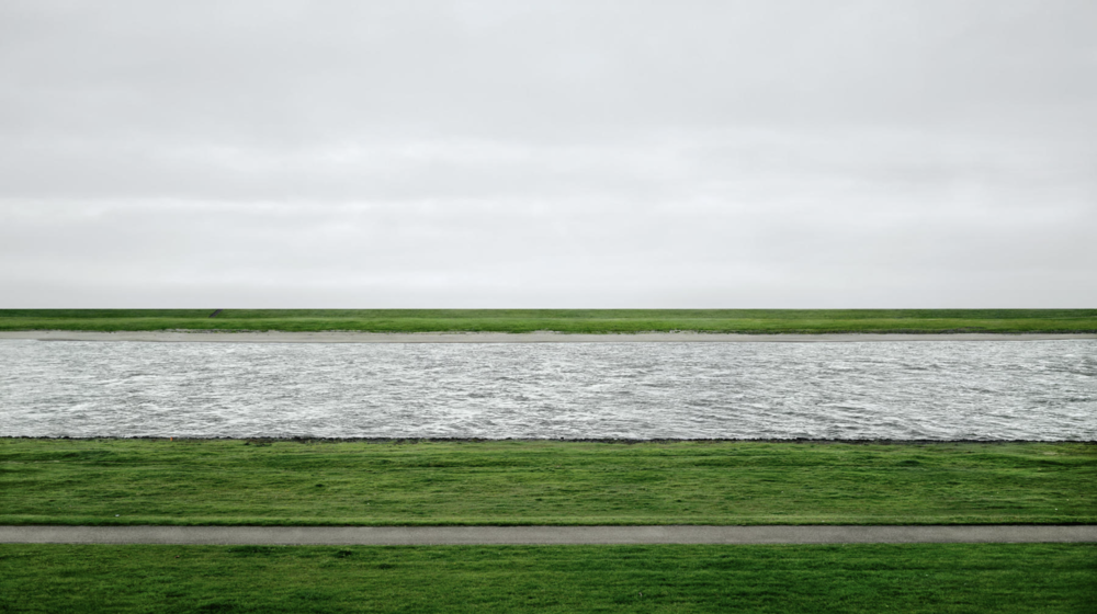 Rhine II,1999 © Andreas Gursky - https://bit.ly/2pBrOh5
