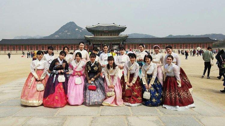 - 1.每周壹次的韓語課(兩小時)2.每周兩次的K-POP舞蹈課3.每周兩次的K-POP聲樂課4.每月派對(午餐/蛋糕)5.每日免費咖啡6.在弘益大學商區附近工作的機會7.參觀韓國本地學校的機會8. ACOPIA的實習證書8. 與其他國家的實習生壹起工作以及在SHARE HOUSE居住的機會(SHARE HOUSE僅限女生)。