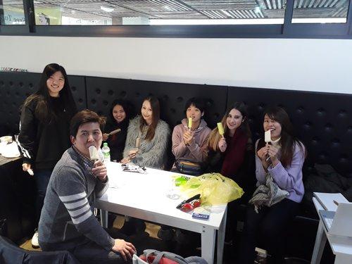 UNE ÉQUIPE INTERNATIONALE - Notre équipe compte une multitude de nationalités différentes. Nous avons des stagiaires français, espagnols, allemands, japonais, vietnamiens et autre nationalité. Vous pouvez nous rendre visite et découvrir leur histoire tout en pratiquant une ou plusieurs langues étrangères. Chaque mois, les stagiaires d'ACOPIA visitent des écoles et organisent des fêtes multiculturelles. Ils peuvent ainsi expérimenter la vie étudiante en lycée coréen .