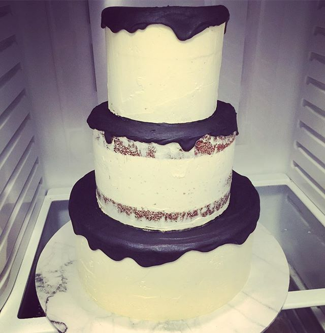 More Fridge Views 😍 this black & white number is filled with creamy milk chocolate ganache perfect for chocoholics and non chocoholics as it's not so rich #createrycakery #customcakes #sydney