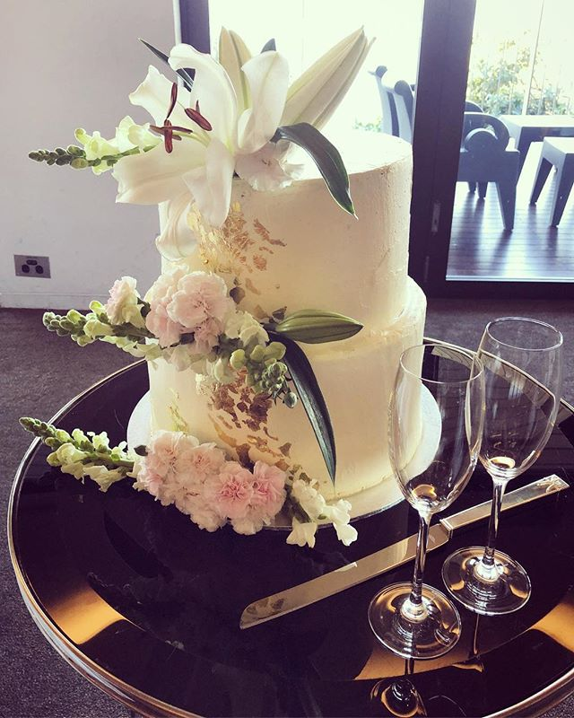 Congratulations in order for today's bride and groom, Jenna & Peter - the bride is a big fan of flourless chocolate so we used that base with dark chocolate buttercream and white chocolate ganache filling and iced in sleek white vanilla buttercream😍 #createrycakery #customcakes #sydney