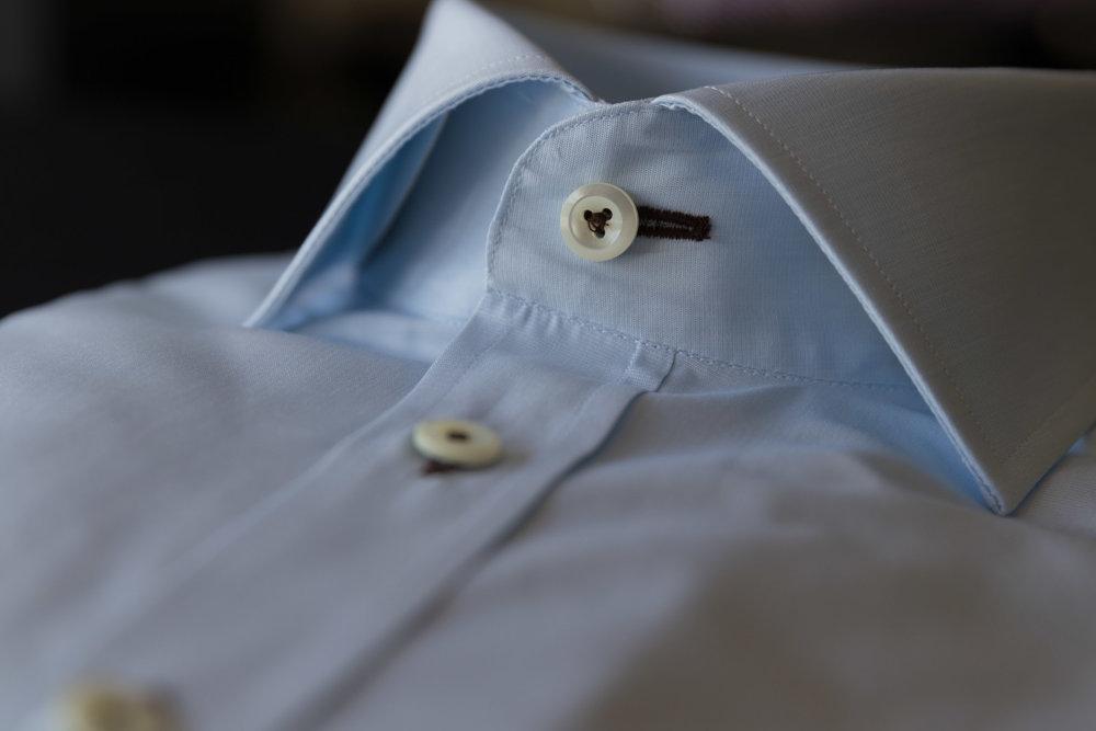 Wählen Sie die Farbe der Knopflocheinfassung, verleihen Sie Ihrem Hemd einen individuellen Touch.