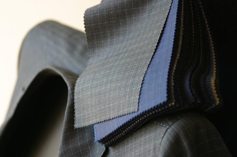 Grau mit feinem Karo, oder doch eher in Blau? Die Stoffkollektion Londoner von Scabal bietet eine äusserst grosse Auswahl an Farbtönen und Varianten.