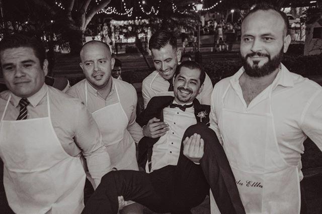Hay tradiciones que no se deben perder #amigos #boda #friends #groom #novio #bestmen
