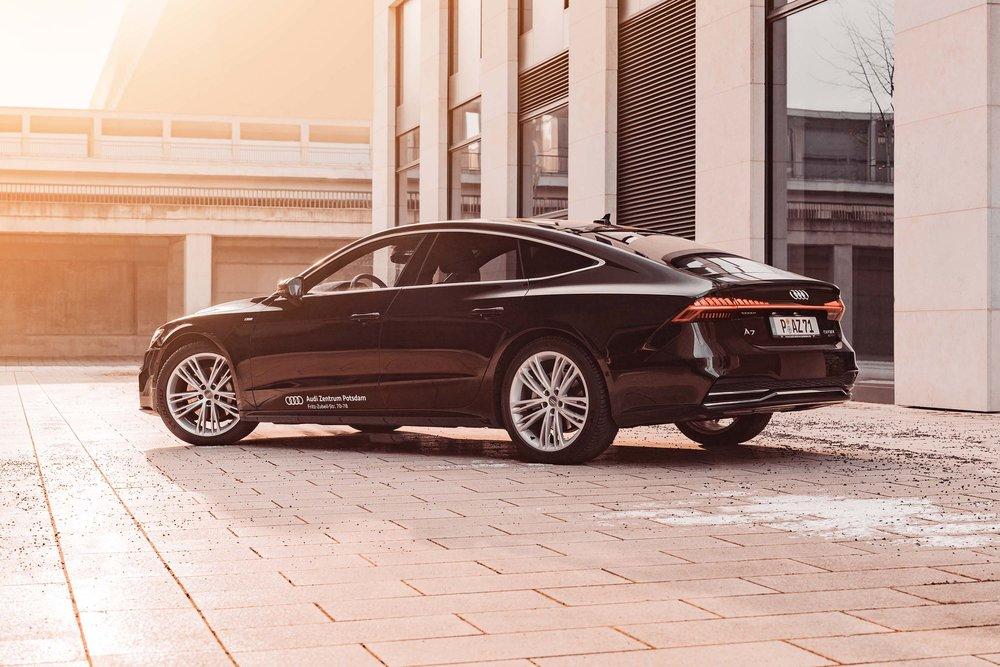 Eine fließende Dachlinie, breite Schultern und durchgehende Rückleuchten machen die neue Generation des Audi A7 aus.
