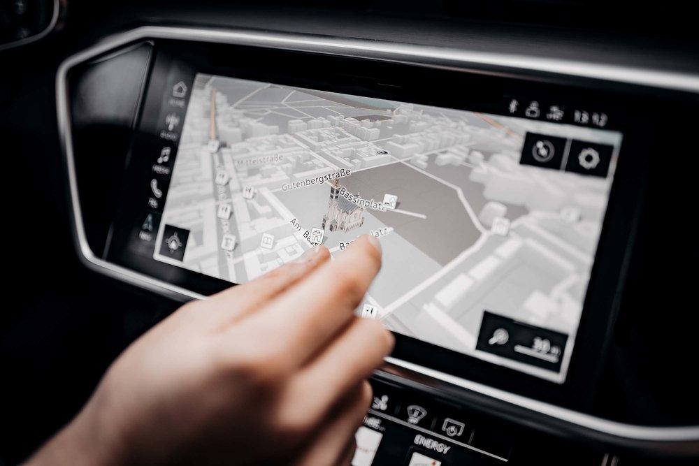 Das Hauptdisplay ist nun ebenfalls ein Touchscreen, selbstverständlich mit Mehrfingergesten zum Zoomen. Dreidimensionales Kartenmaterial gibt es obendrauf.