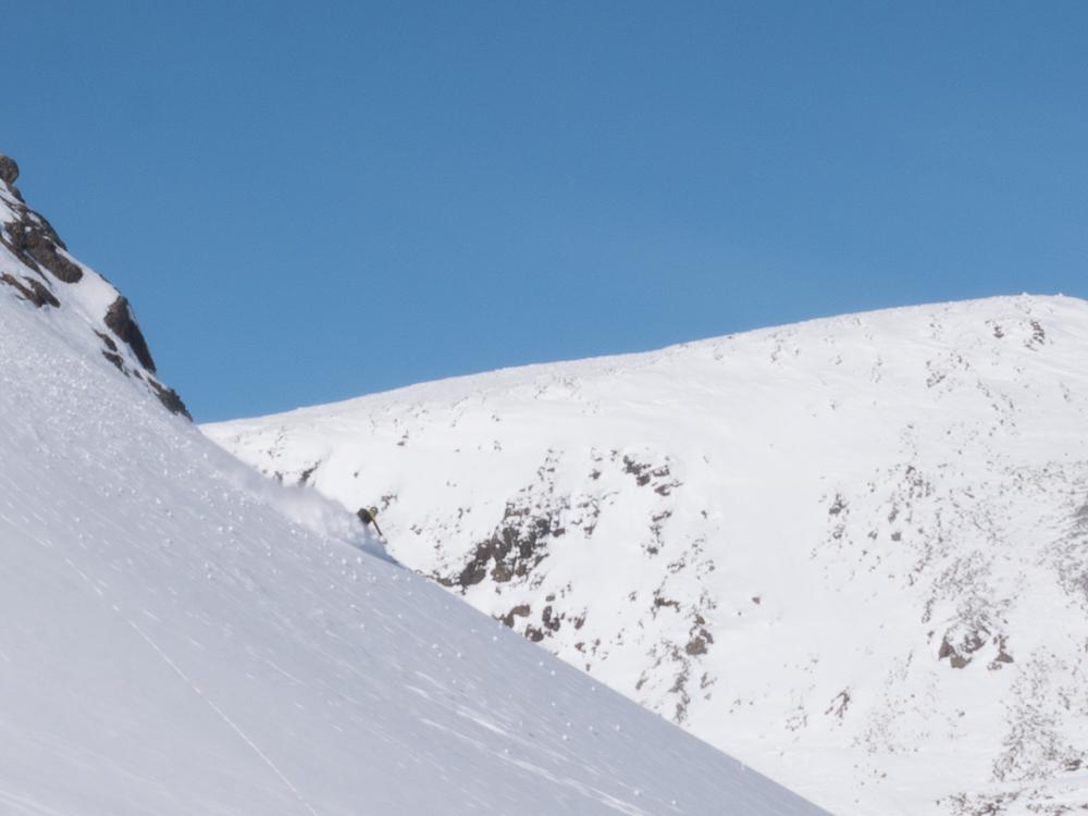 """Påvei ned fra """"Glupetinden"""" var det bratt, men fin snø og morsom skikjøring- Bratt innsteg."""