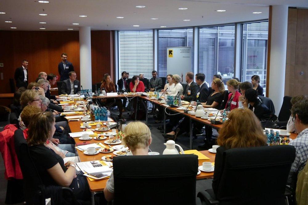 - Teilnehmer diskutieren die Situation der humanitären Hilfe im Jemen.