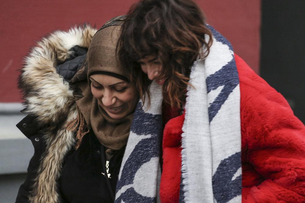 Lena und Marwa sehen sich nach knapp 2 Jahren in Deutschland wieder. Foto: Tara Todras-Whitehill /IRC