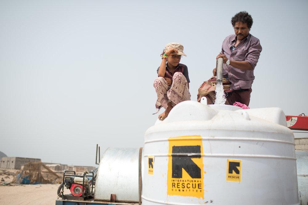 IRC versorgt Binnenvertriebene und die Aufnahmegemeinschaft im Dorf Ras Imran am Stadtrand von Aden mit sauberem Wasser. Der Jemen erlebt derzeit den größten Cholera-Ausbruch der Geschichte. Foto: Kellie Ryan / IRC
