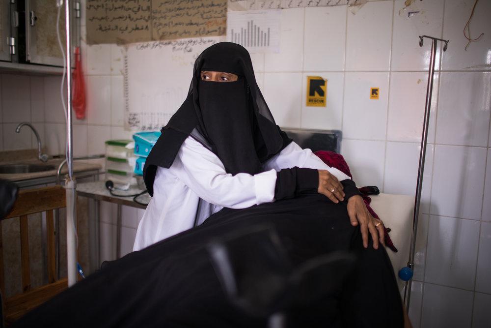 Eine Frau im Al-Habeleen Krankenhaus in Lahj, Jemen. IRC unterstützt dort alle reproduktiven Gesundheitsdienste für schwangere Frauen.