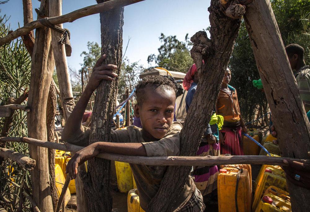Aman Yassin, 12, wartet an einer Wasserstelle, um seine Kanister zu füllen. Quelle: Mulugeta Ayene/IRC