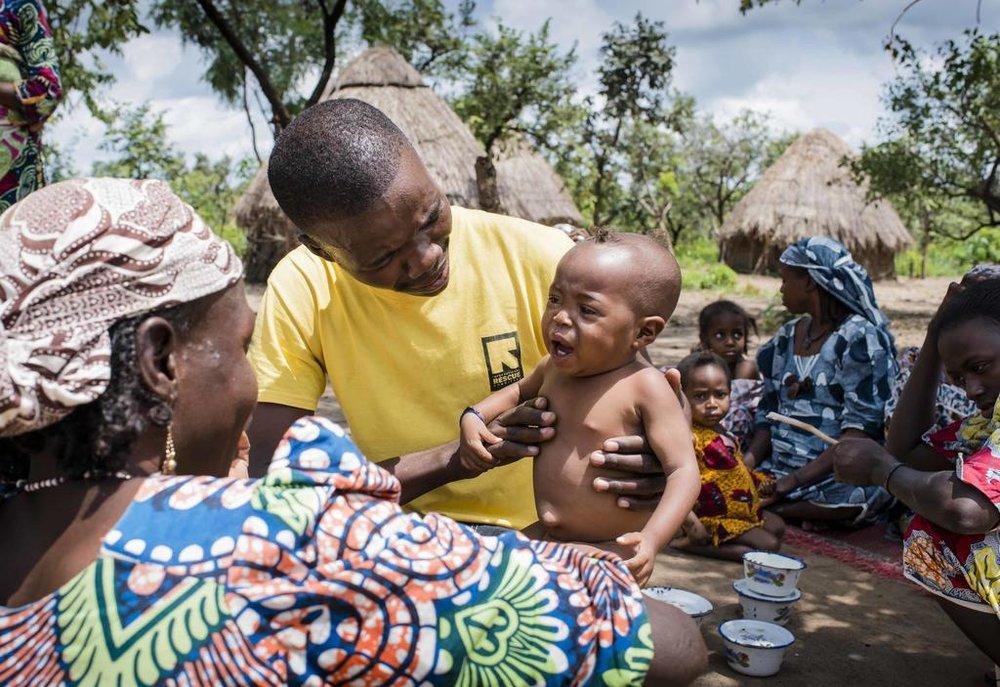 Ein IRC-Gesundheitshelfer untersucht ein Kleinkind, das an Unterernährung leidet, als die Menschen nach der Flucht vor Kämpfen in ihr Dorf zurückkehren. Foto: David Belluz/IRC