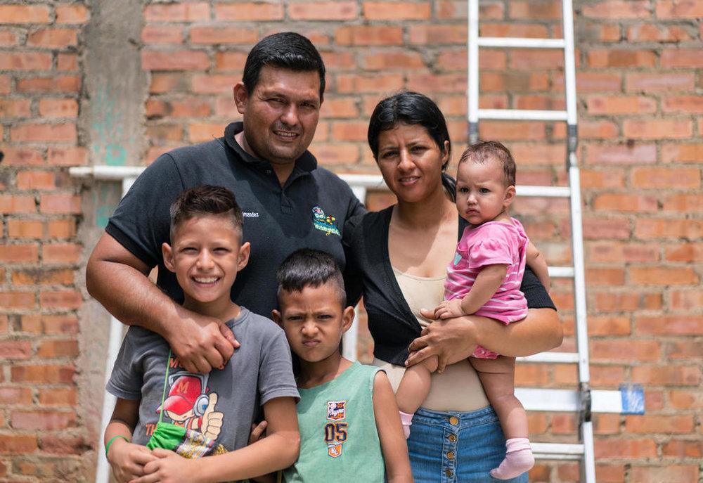 Eine junge Familie, die aus Venezuela nach Kolumbien floh. Quelle: Iris Ebert/IRC