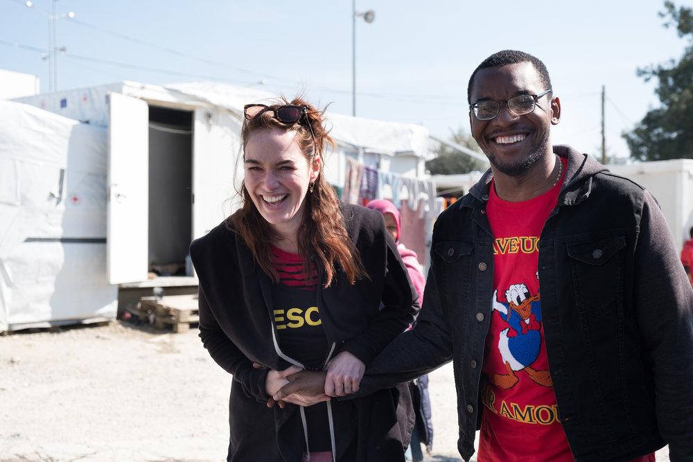 Lena mit Patrick: Er ist selbst Geflüchteter aus dem Kongo und leistet Menschen in Moria Beistand.