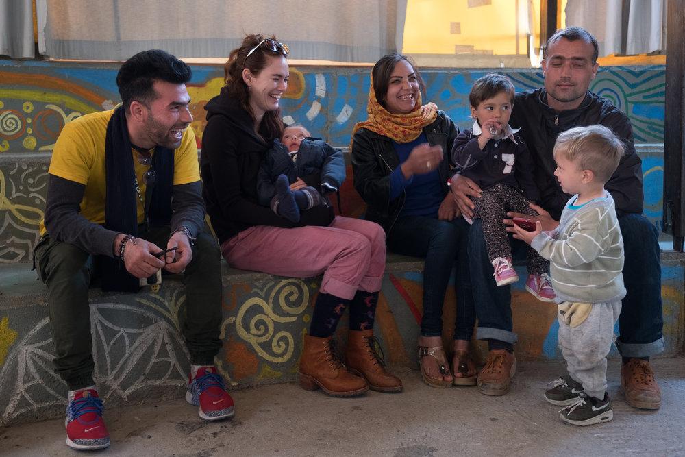 Lena Headey mit einer Familie im Flüchtlingslager Kara Tepe.