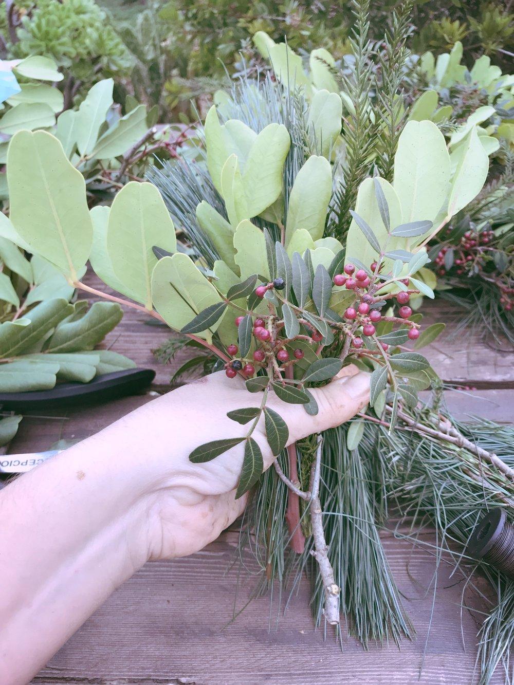 Después de forrar un poco el cartón con pino, haz unos ramitos mezclando tu selección de verdes, y vez enrollándolo en el alambre, y así sucesivamente y en la misma dirección! Es importante que tenses bien el alambre!