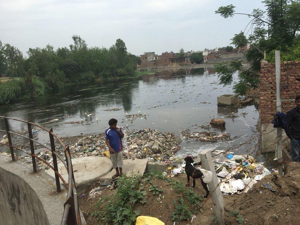 India afval rivier.jpg