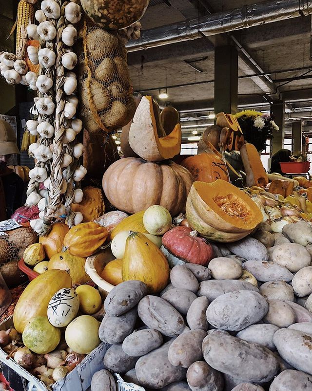 A little late to the party, but here's a cute snap of our favorite market. Full of autumn goodies.🍂 📸 by @femme_ex_machina 💕 . . . #piataobor #obor #market #autumn #bucharest #acitymadebypeople #bucharest_madebypeople