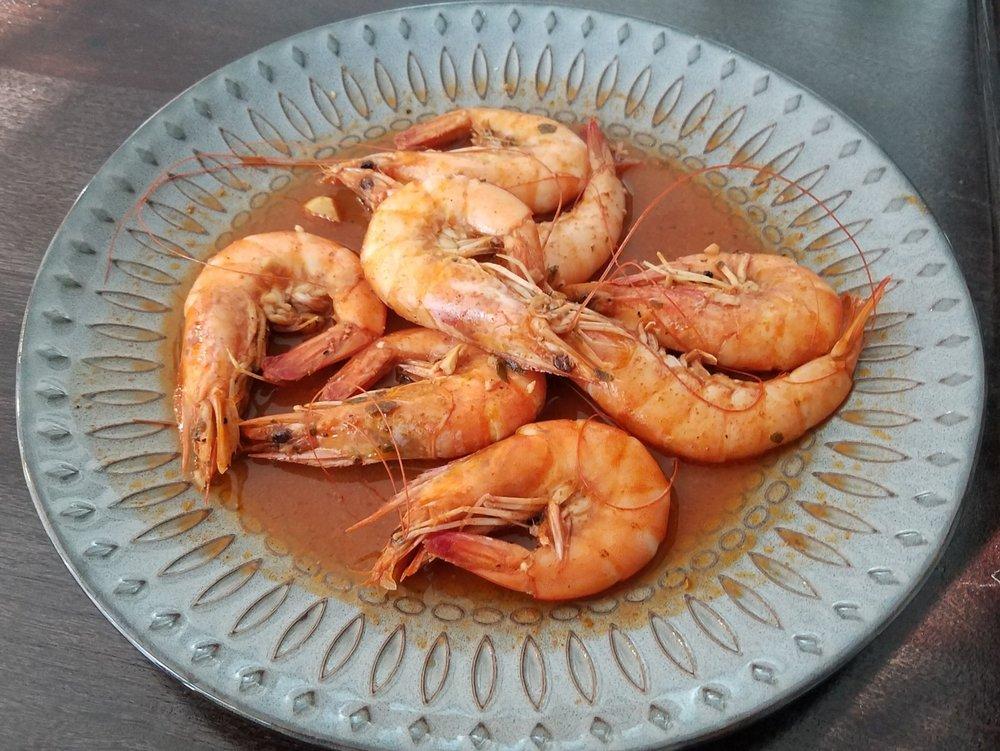 peeling head on shrimp
