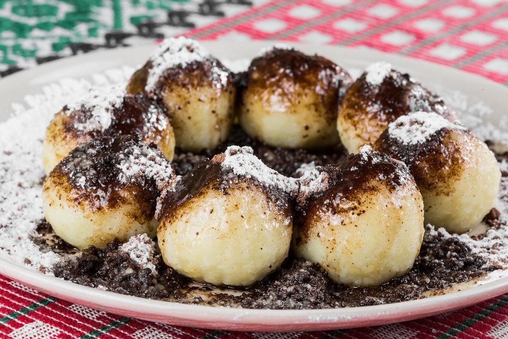 Plnené čučoriedkové gule posypané kakaom a maslom - 4,50€