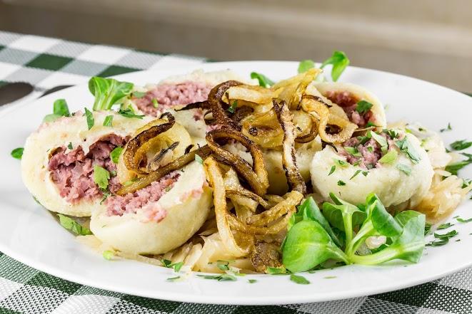 Naše domáce zemiakové guľky plnené údeným mäskom, podávané na sladkej dusenej kapuste - 6,90€