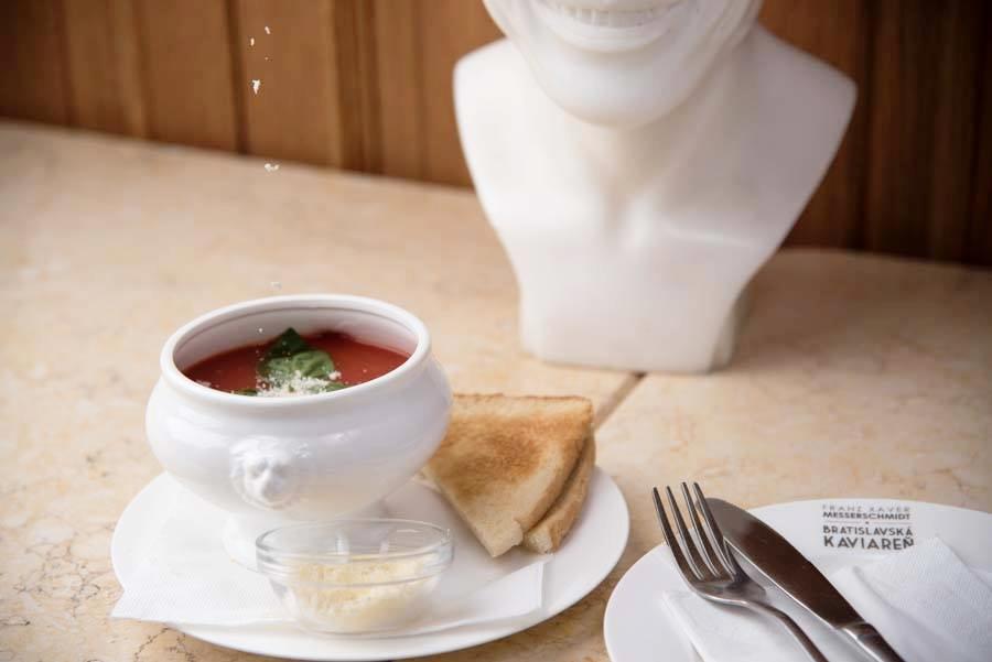 Suppa pommodorro - paradajková polievka podávaná s toastom - 2,90€