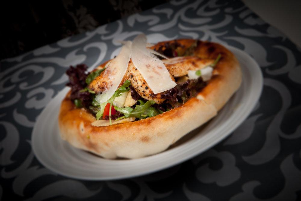 Šalát kurací s rukolou v miske z pizza chleba 350g - 7,90€