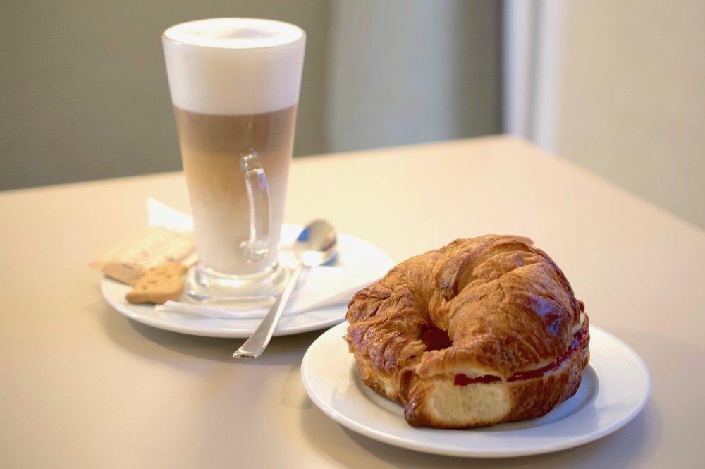 Plnený Croissant & Latte Macciato - 4,50€