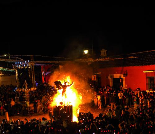 quema-del-diablo-que-paso-enero-2015-antigua-guatemala-guatemala-2.jpg