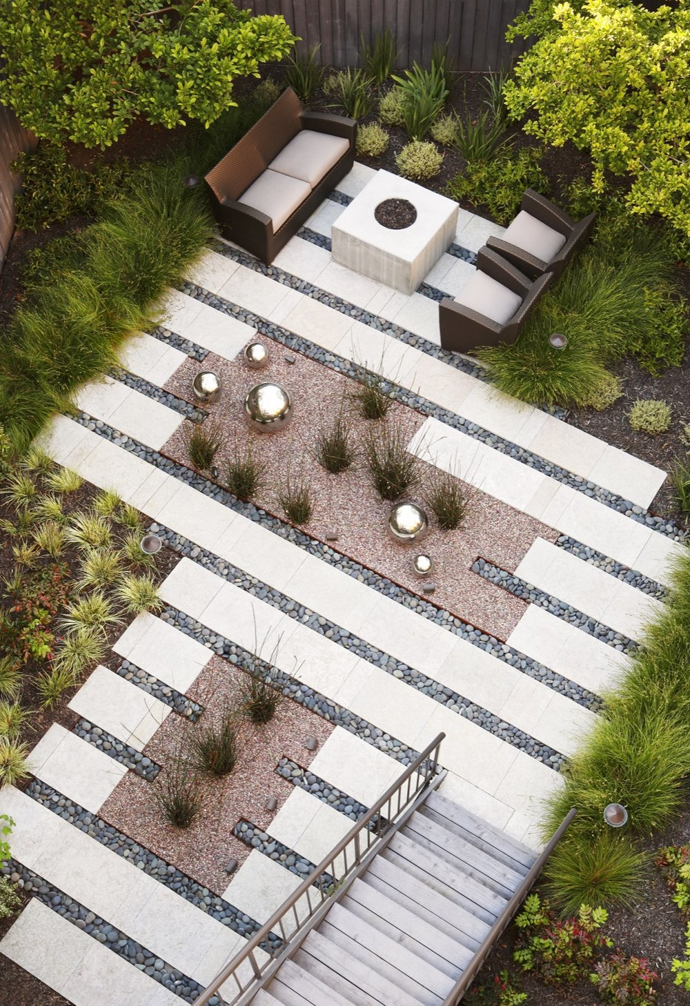 The angle of the stairs and the way it is reflected in the bands of paving is shown in an arial view.