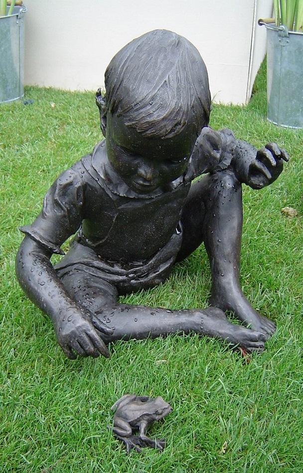RHS Chelsea FS 2006 RF41 Garden sculpture child playing with frog