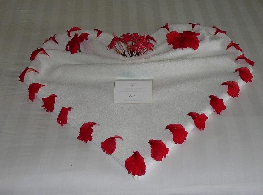 Towel Art Heart Maldives.JPG