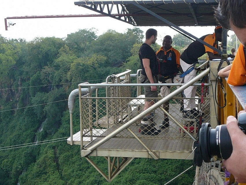 Platform and bungee jumpers Victoria Falls bridge.JPG