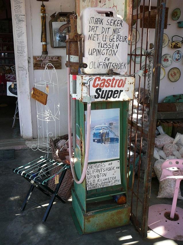 Castrol Super old petrol pump Pienk Padstal Kakamas.JPG
