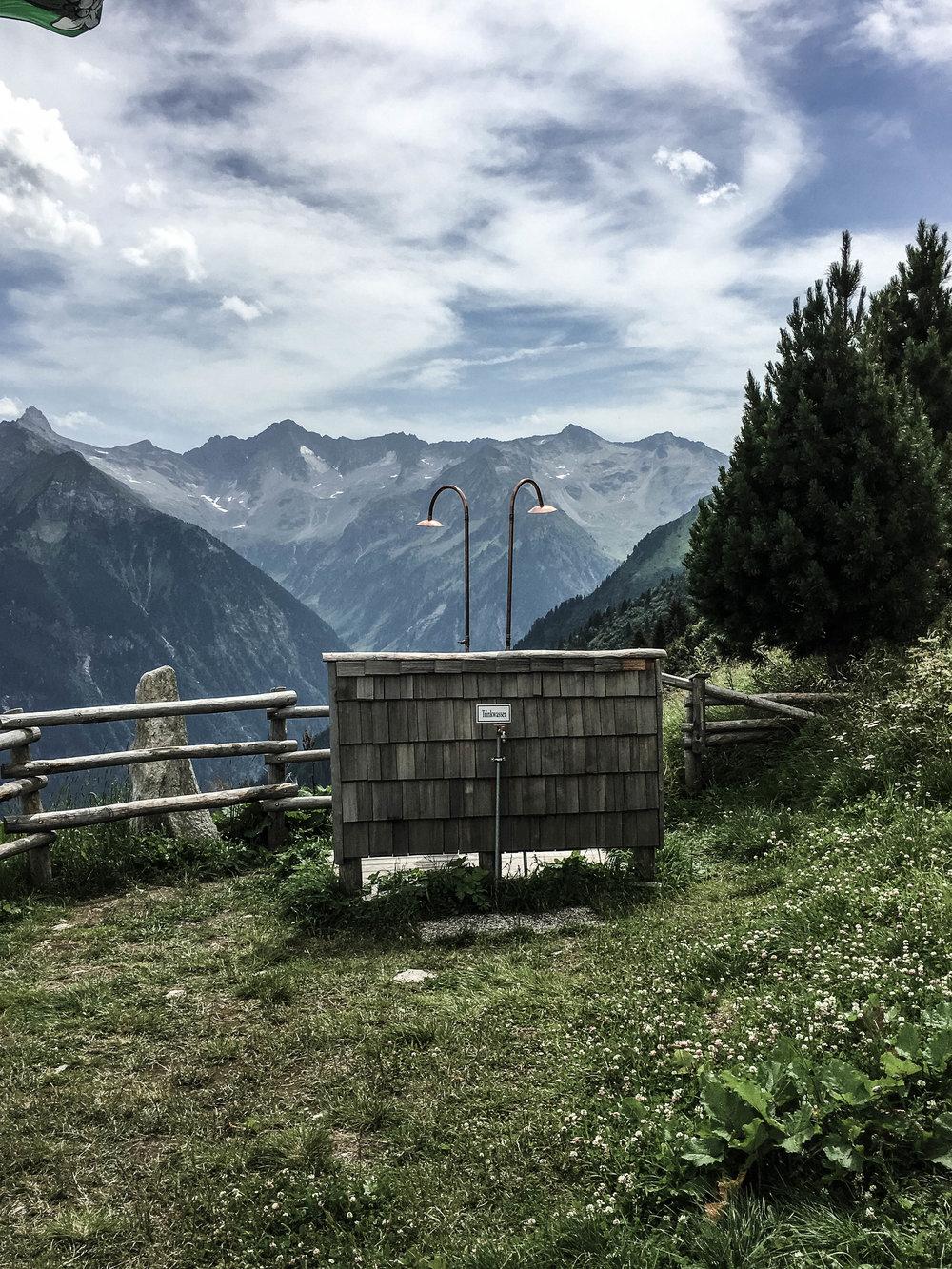 03 - Duschmöglichkeiten der Gamshütte (1921m) unter freiem Himmel mit tollem Ausblick.jpg