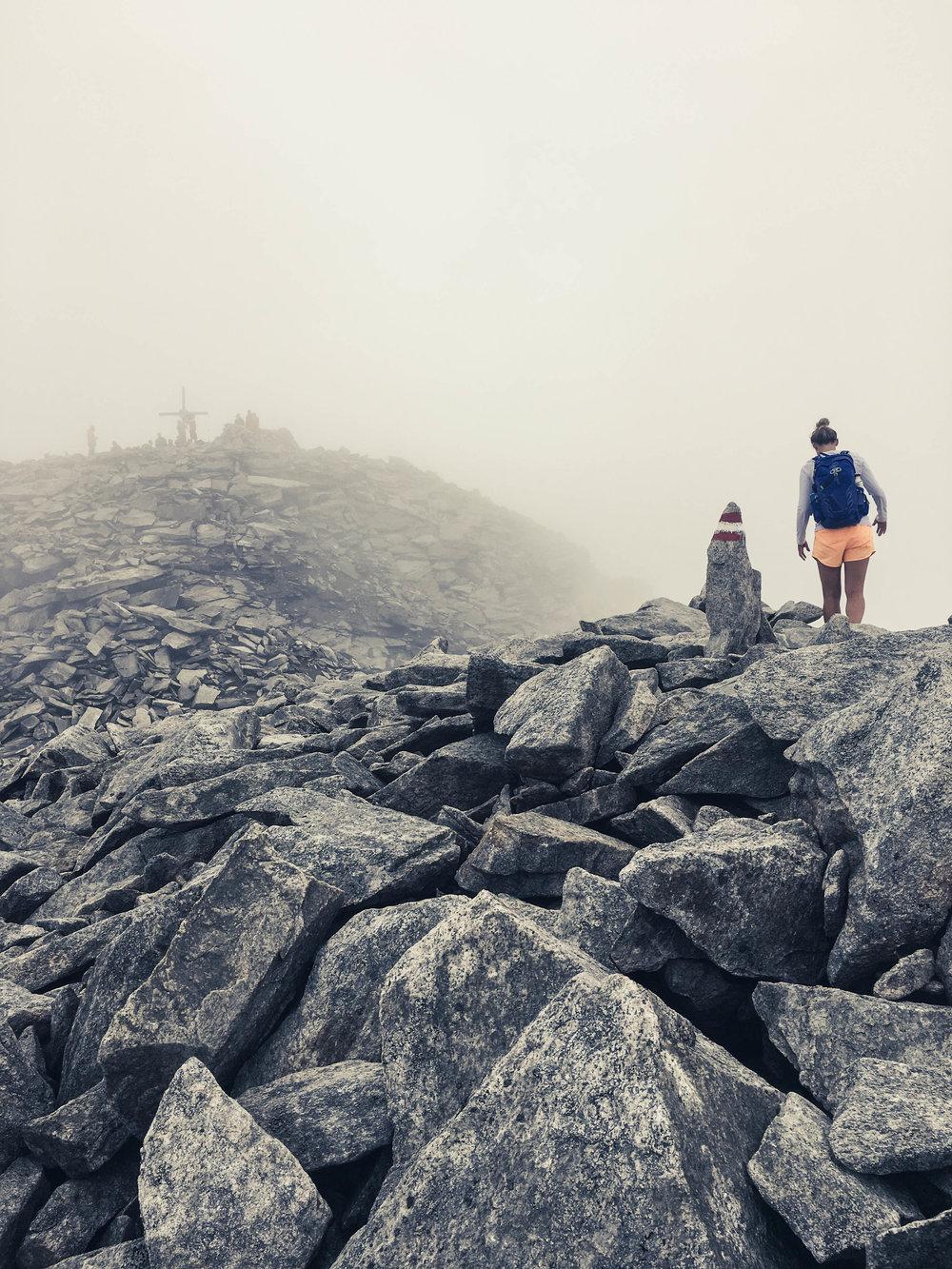 06 - Gipfelgrat des Hohen Rifflers (3168m) im Nebel.jpg