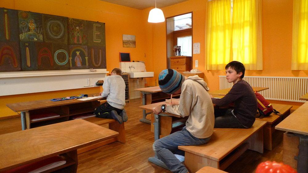 Hausaufgabenbetreuung im Klassenzimmer der 1. Klasse