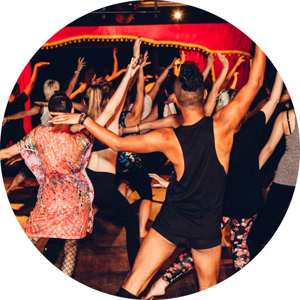 Burlesk Fitness - C'est notre façon de s'entraîner en s'inspirant des mouvements de showgirl et de burlesqueAucune expérience nécessaire - tout le monde est le bienvenu! Vous pouvez porter le même genre de vêtements que pour un cours d'entraînement. Avec des chaussures de course flexibles ou, pieds nus