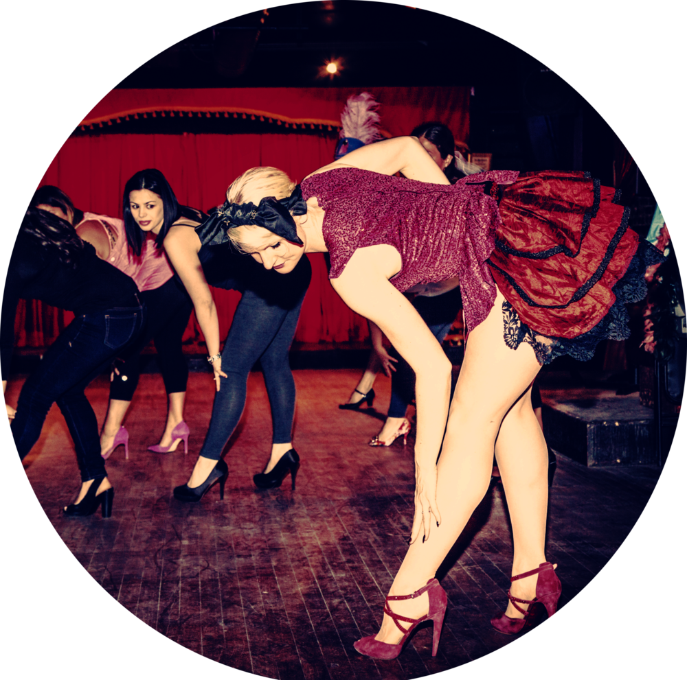 Tease Burlesque 101 - Chaque semaine vous apprendrez une chorégraphie burlesque simple, élégante et sensuelle incluant du striptease avec des accessoires costume burlesque fournis par l'école.Aucune expérience nécessaire - tout le monde est le bienvenu! Vous pouvez porter le même genre de vêtements que pour un cours d'entraînement. Apportez vos talons hautes!