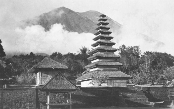 COLLECTIE_TROPENMUSEUM_Meru_op_het_tempelcomplex_bij_Besakih_met_de_gunung_Agung_op_de_achtergrond_TMnr_60030939.jpg
