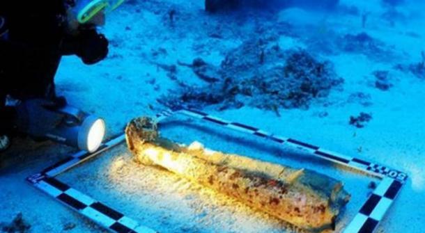 sculptures-legs-underwater.jpg