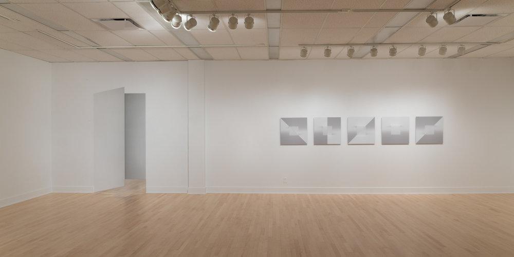 Vue d'exposition  Énigmes de l'ombre et de la lumière . Gauche et droite: Caroline Cloutier.