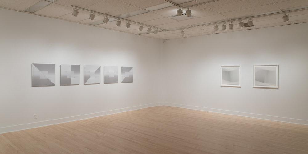 Vue d'exposition  Énigmes de l'ombre et de la lumière . Gauche: Caroline Cloutier. Droite: Martin Désilets.