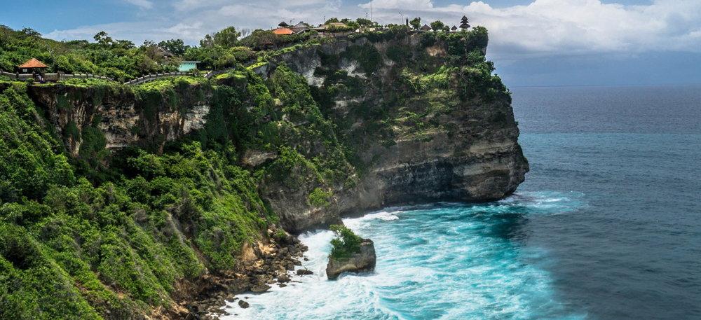 Uluwatu-temple-on-the-rock-cliff-with-stunning-ocean-view-Bali-Hello-Tarvel.jpg