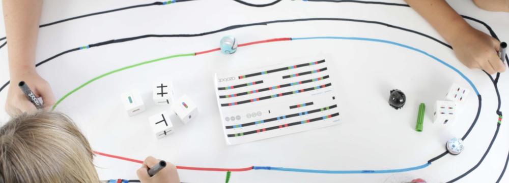 Ozobotで遊ぶ  Ozobot(オゾボット)を使って、紙とペンでプログラムを学ぼう!Ozobotは、小学生から大人まで、誰もが楽しめるたこ焼きサイズの可愛いプログラミングロボットです。