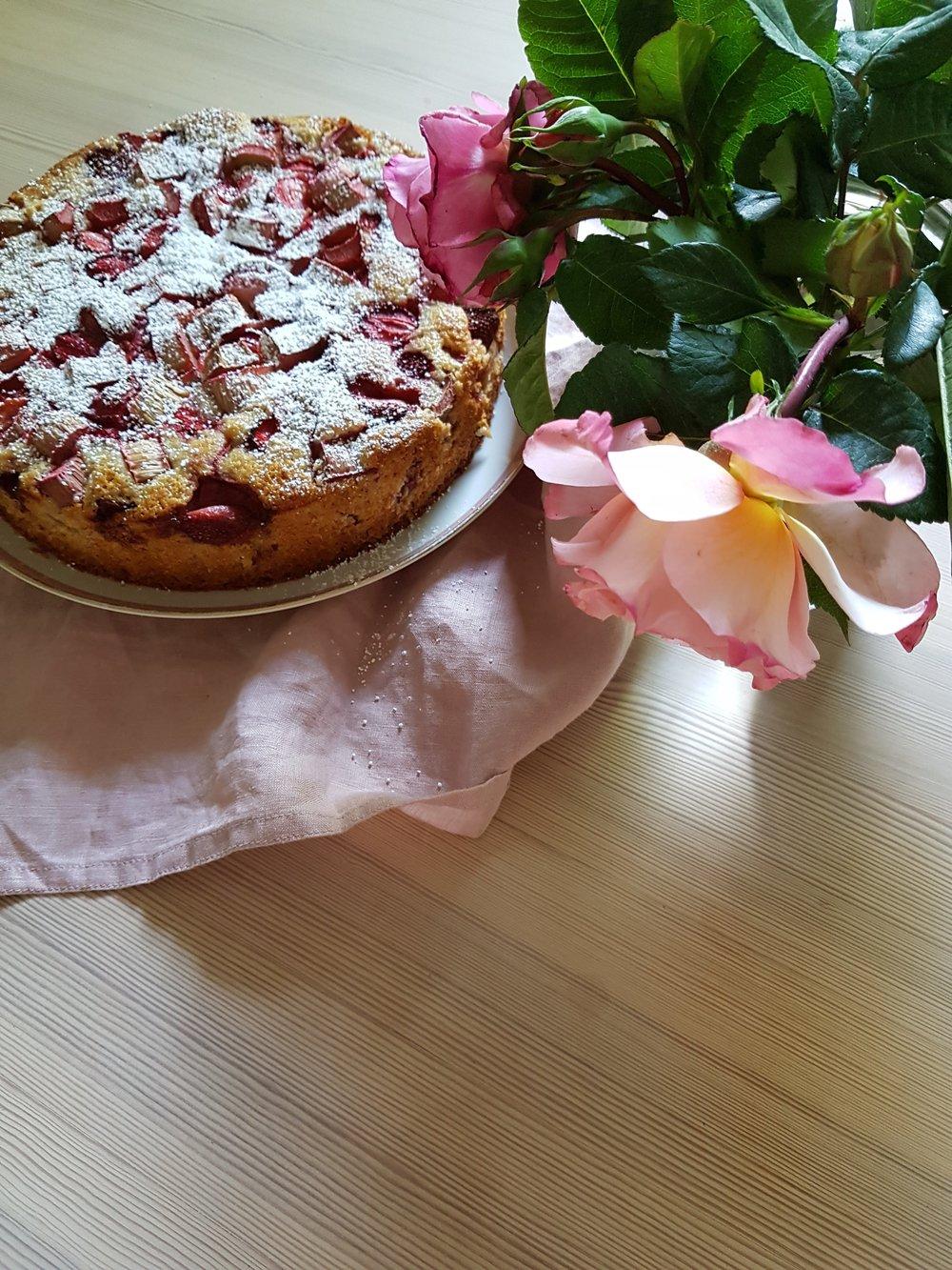 Erdbeer Rhabarber Kuchen Schnell Saftig Und Lecker Judithyoudidit
