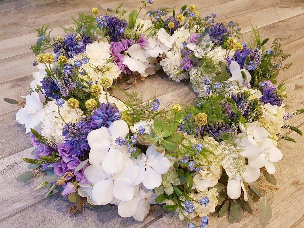 couronne-violette-deuil-lusine-a-petales
