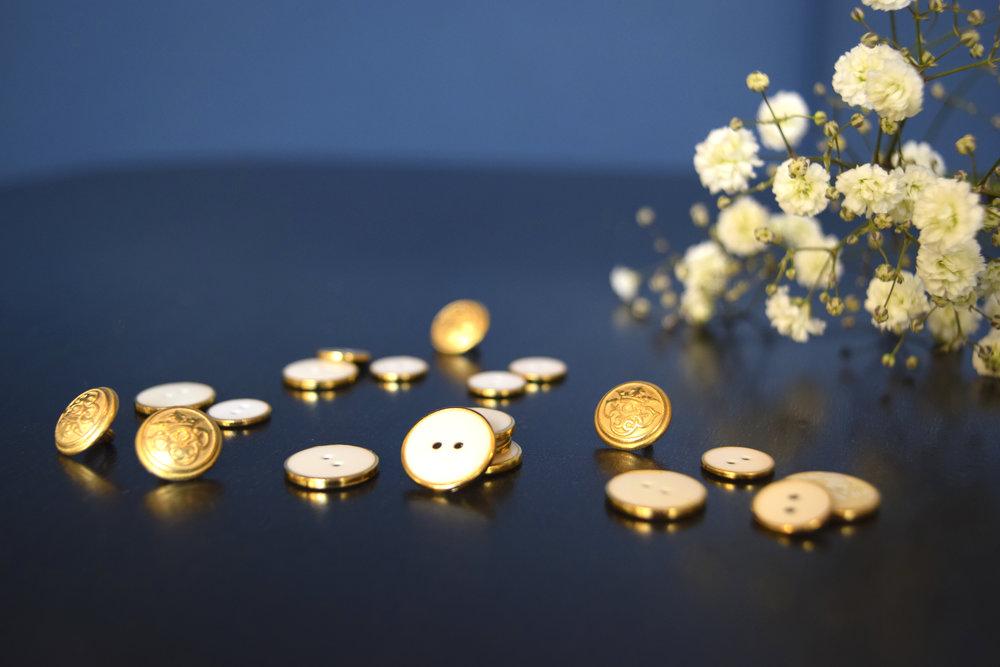 L'attention au détail - J'ai également accordé une très grande importance au choix des boutons : dans un vêtement, les détails font toute la différence. J'ai passé beaucoup de temps à sourcer les fabricants pour trouver les boutons qui habilleront parfaitement notre cher Romy. J'ai ainsi collaboré avec le dernier boutonnier français et il recèle de trésors.