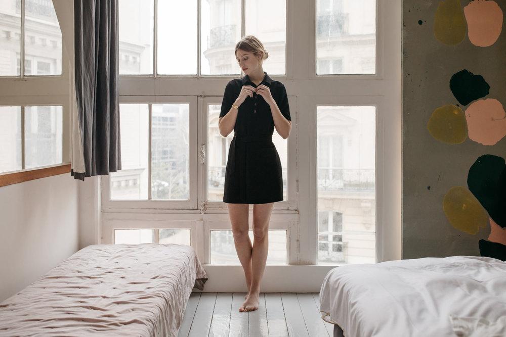 Un essentiel de votre verstiaire - La petite robe noire, c'est un classique souvent revisité. Pour moi, elle doit se porter à toutes les occasions, une alliée du quotidien, celle qui nous suit tout au long de nos journées, tout au long de nos multiples vies.Pour ma version de cet incontournable, je ne la voulais ni trop habillée ni trop basique. C'est pourquoi Susan peut, à votre guise, se ceinturer à l'envie, se boutonner jusqu'au cou ou se porter décolletée. Elle se marie avec des baskets pour un look casual, des boots pour aller travailler ou des escarpins pour un look plus sophistiqué et féminin.